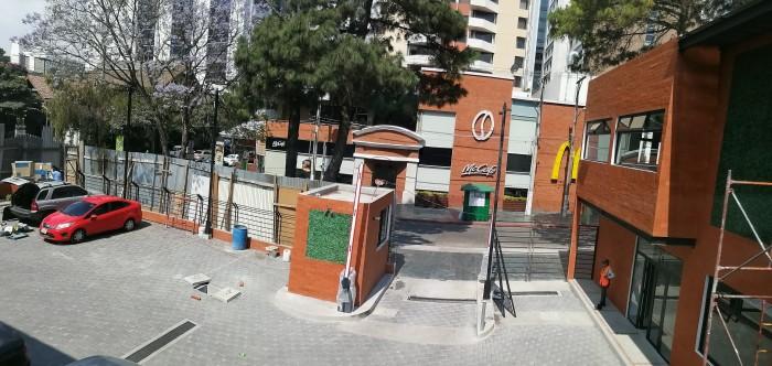 Local en renta en plaza comercial en zona 10