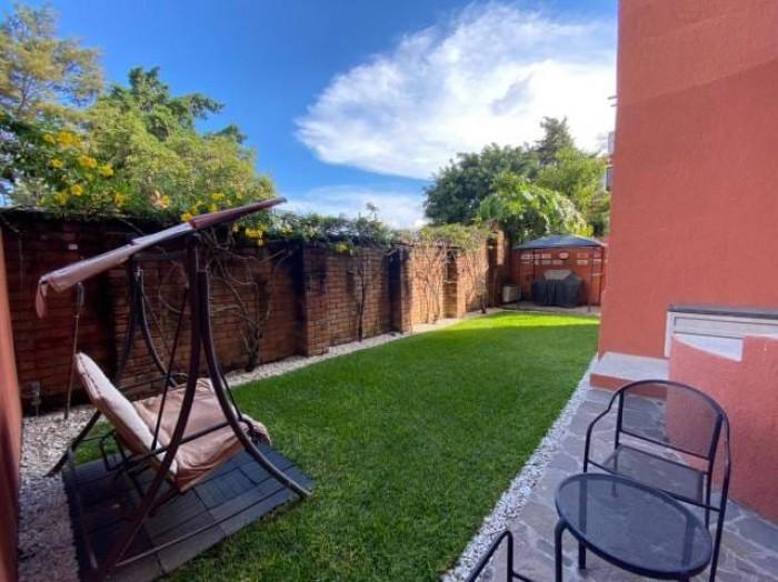 Apartamento con jardín en Colonia Escalón Tipo Casa