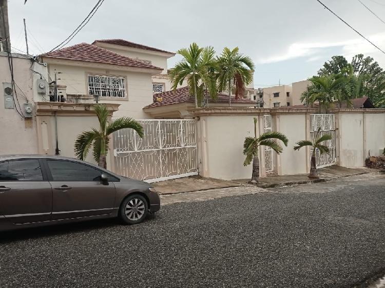Casa renta de 2 niveles  Arroyo Hondo 4  habitaciones
