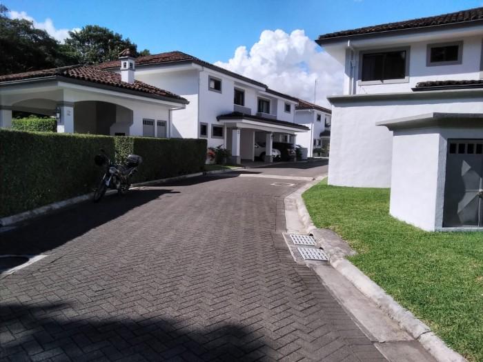Vendo casa en  Condominio Residencial Exclusivo, StaAna