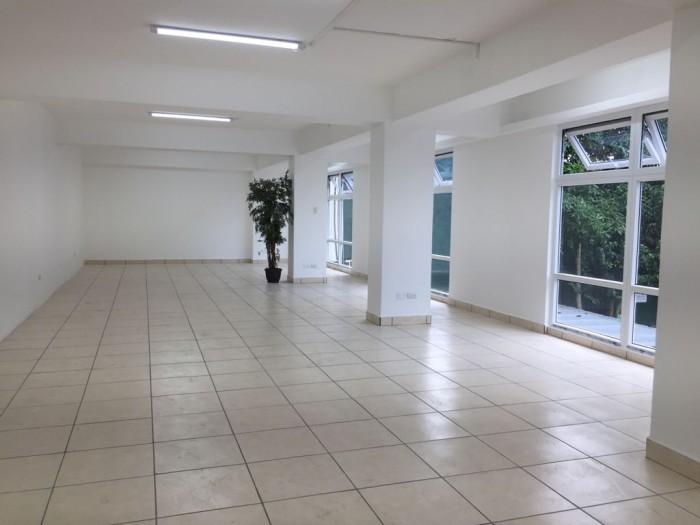 Rento amplia oficina en edificio de zona 9