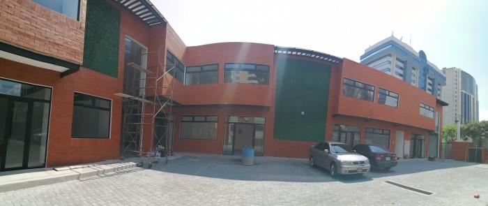 En Plaza Comercial se renta Local en zona 10