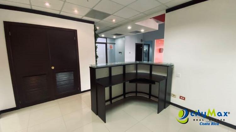 Se alquila amplia oficina en oficentro Sabana Sur S J