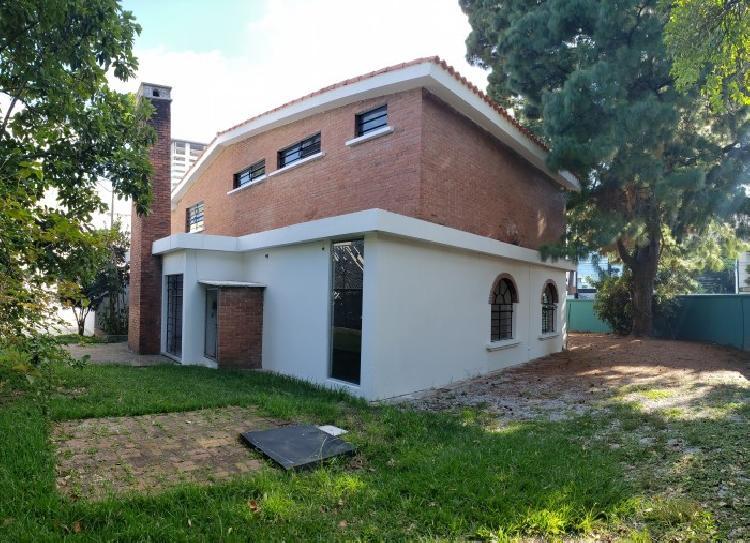 Amplia Casa con Vocación Comercial en Renta en Zona 14