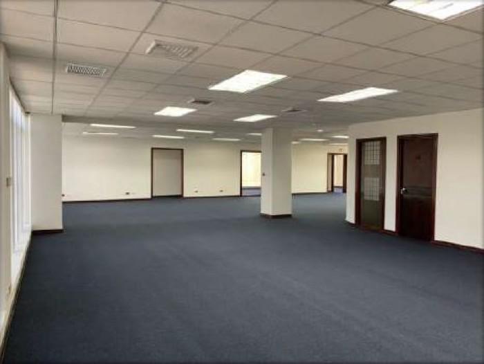 Se alquila amplia oficina en céntrico oficentro Sabana