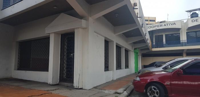 Local de esquina Condominio Los Heroes frente Comercial