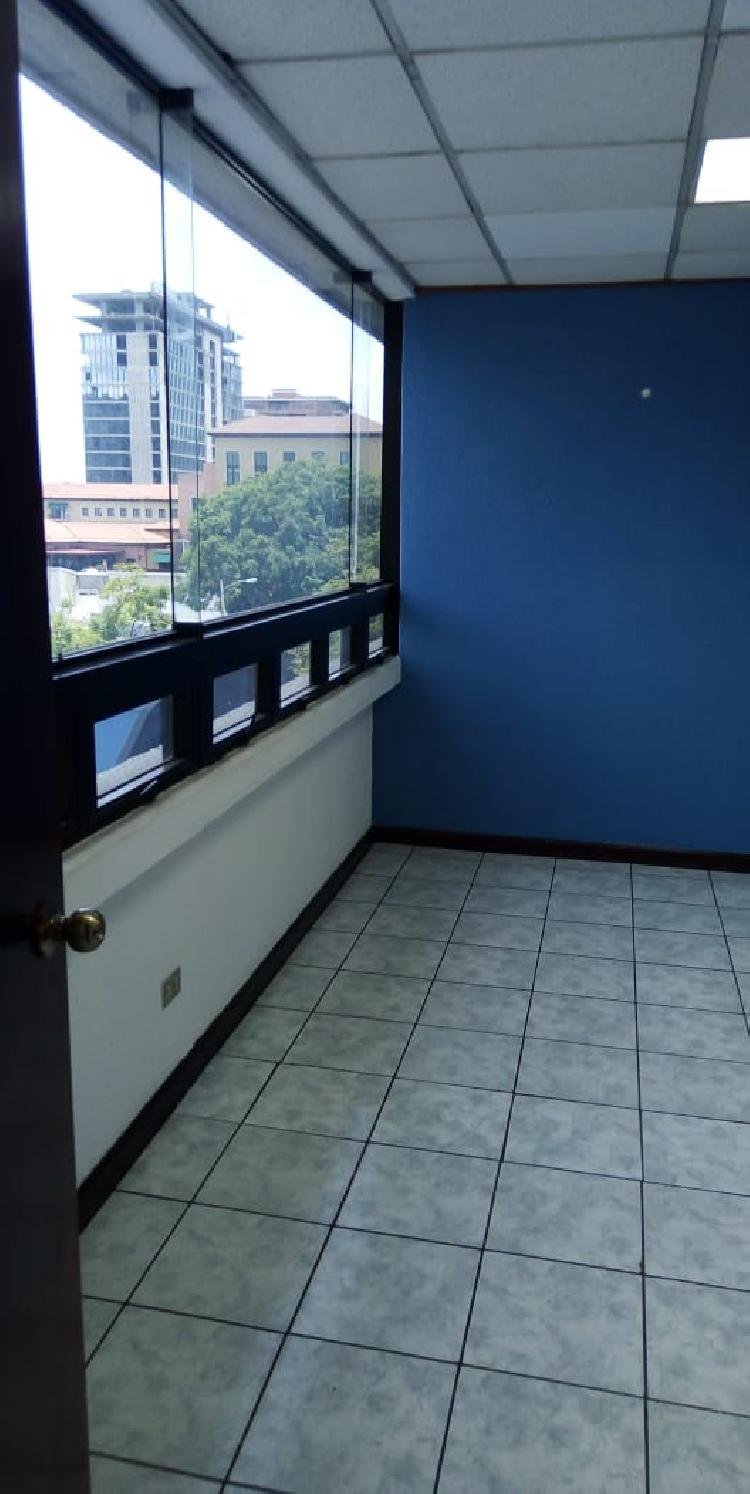 Oficina de 3 ambientes en renta ubicada en zona 10
