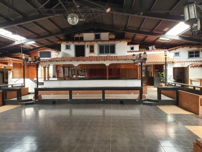 Se alquila Local Comercial en Barrio Tournón de 1025 m²
