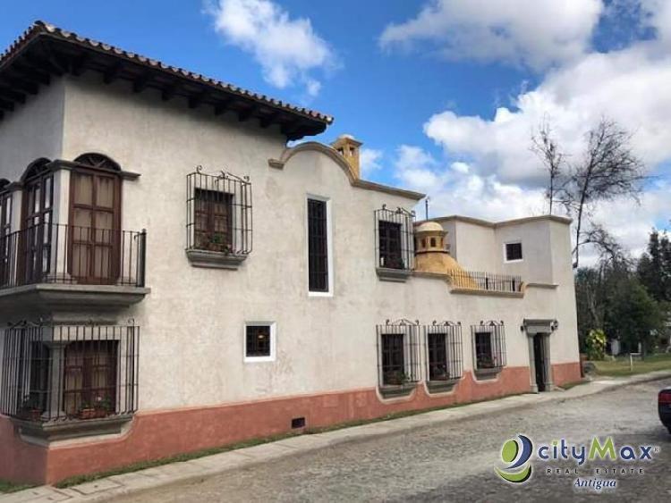 Amplia casa en venta en residencial de San Pedro Las H!