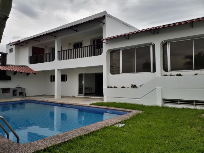 Casa en alquiler en Rohrmoser San José CR con piscina