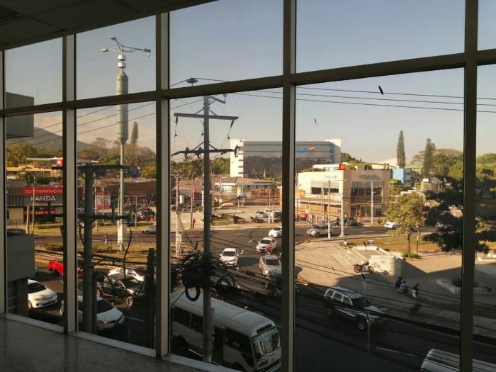 Alquilo LOCAL frente al  El Salvador del Mundo