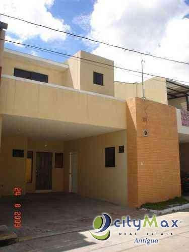 Venta de casa dentro de residencial en San Cristobal