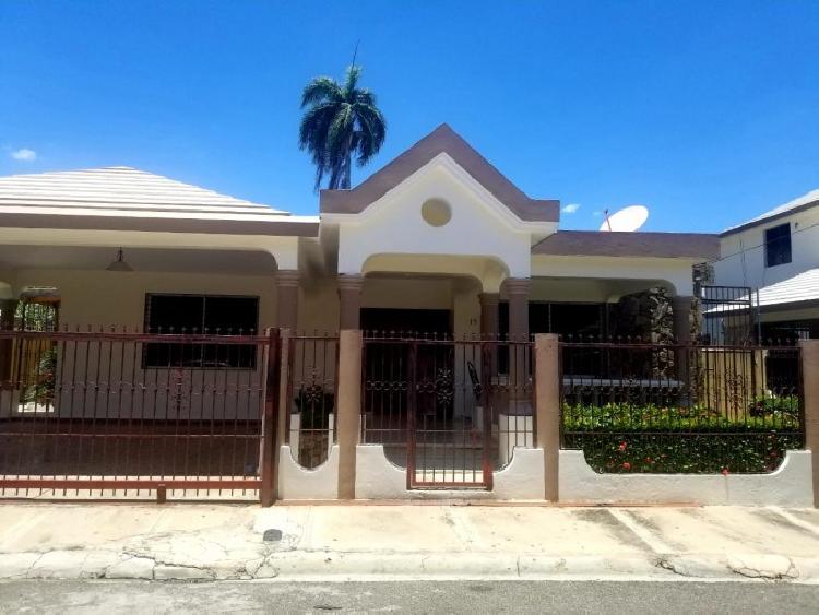 SE VENDE amplia y hermosa casa en Bella Vista, Santiago