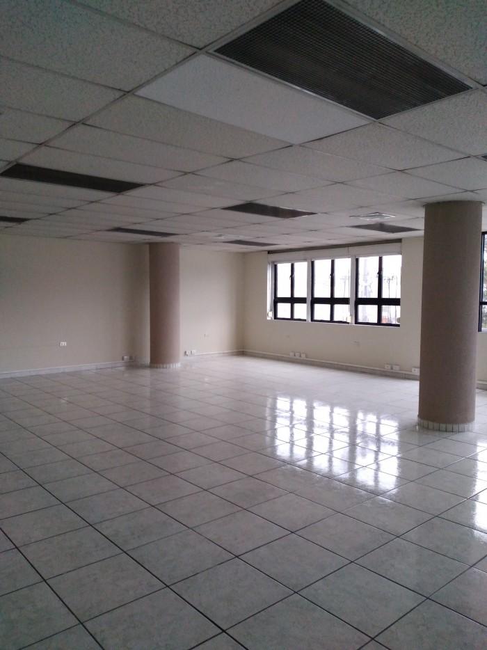 Oficina en renta con excelente ubicación zona 9.