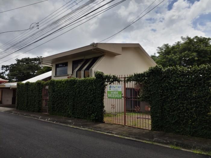 Se vende amplia casa en Santo Domingo de Heredia 3 hab.