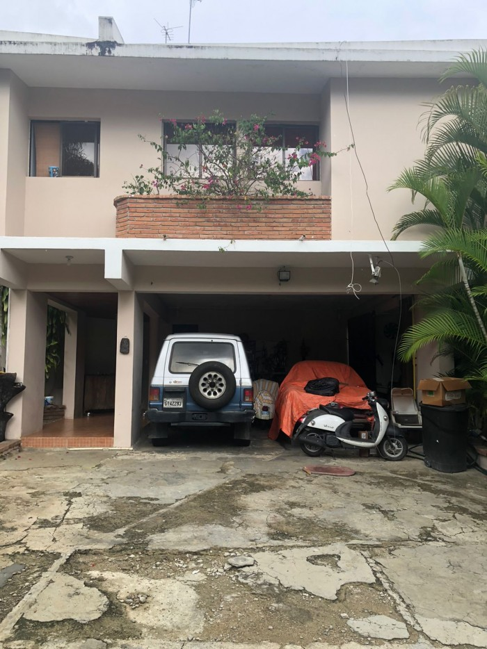 Casa con patio en Arroyo Hondo Viejo de dos niveles